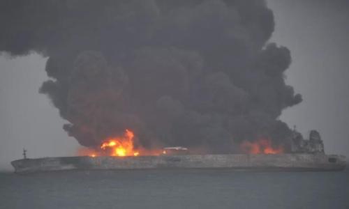 Tàu chở dầu Sanchi bốc cháy sau va chạm. Ảnh: CGTN.