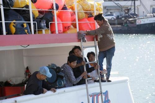 Ngư dân nước ngoài trên tàu cá Sea Queen II hồi năm 2015. Ảnh: AP.