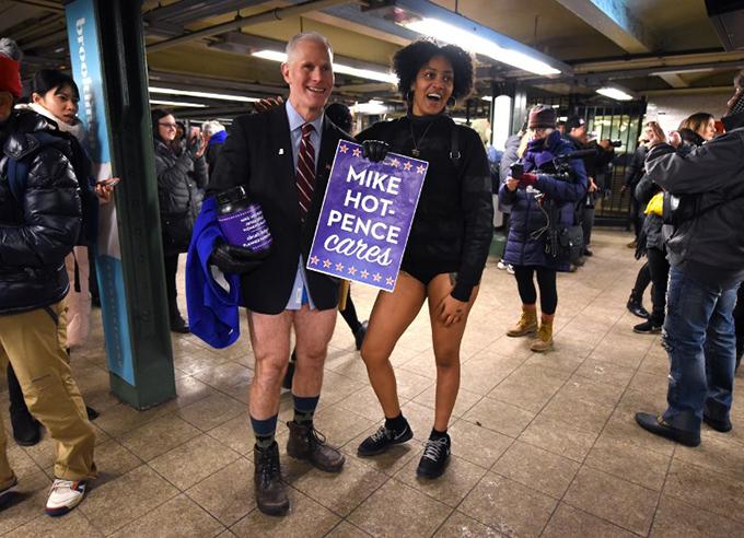 Hàng nghìn người khắp thế giới hưởng ứng ngày 'Không mặc quần đi tàu điện'