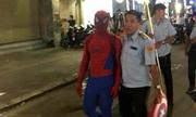 'Người nhện' bán kẹo phố đi bộ bị phạt 350.000 đồng đúng hay sai?