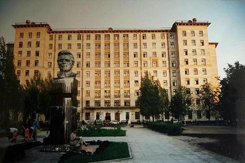 Ốp Saliut 2, nguyên là ký túc xá của trường Đại học Giao thông đường sắt Moscow, được ban quản trị thuê lại cho bà con người Việt làm nơi sinh sống, làm ăn.