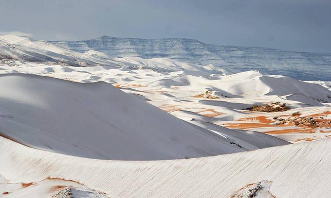 Tuyết rơi phủ trắng sa mạc Sahara