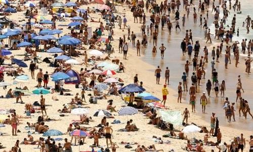Người dân đổ ra bãi biến tránh nóng ở Sydney. Ảnh: BBC.