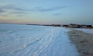 Bãi biển Mỹ trắng xóa như Bắc Cực trong đợt lạnh kỷ lục