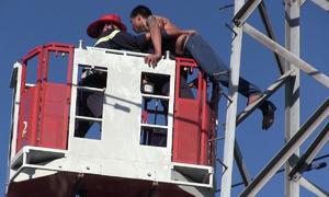 Cảnh sát TP HCM giải cứu người đàn ông trên trụ điện cao thế