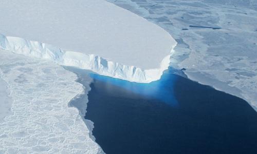 Sông băng tan chảy do hiện tượng ấm lên toàn cầu. Ảnh: NASA.