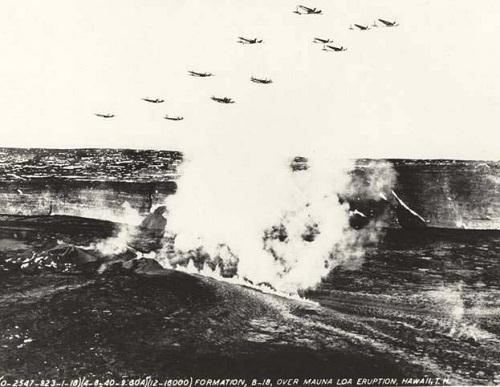 Máy bay của không quân Mỹ dộibom xuống núi lửa Mauna Loa. Ảnh: Buzzfeed.