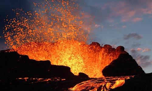 Một vụ phun trào của núi lửa Mauna Loa ở Hawaii. Ảnh: Britannica.
