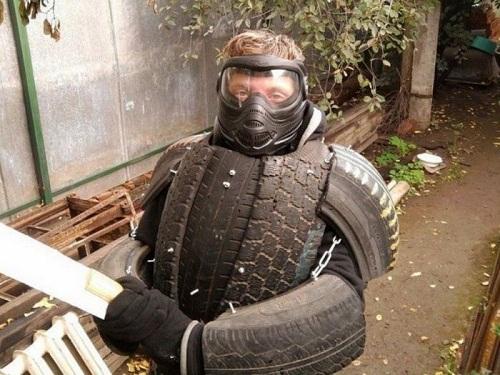 Trang phục bảo hộ từ lốp xe cũ.