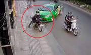 Tài xế taxi húc văng tên cướp túi xách là đúng hay sai?