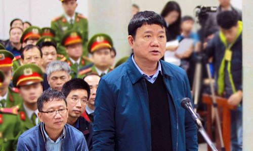 Ông Đinh La Thăng trong phần xét hỏi, phía sau là cácbị cáo Trịnh Xuân Thanh, Ninh Văn Quỳnh, Nguyễn Xuân Sơn. Ảnh: TTXVN.