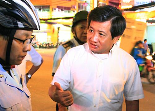 Phó chủ tịch UBND quận 1 Đoàn Ngọc Hải trong lần ra quân xử lý tình trạng lấn chiếm vỉa hè. Ảnh: Duy Trần.