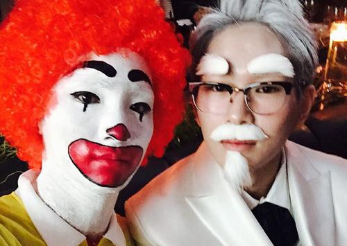 Biểu tưởng của thương hiệu McDonalds (trái) là hình một chú hề với mũi đỏ và đi giày đỏ còn biểu tượng của KFC là một ông già đeo kính với râu tóc bạc phơ. Ảnh: SeoulBeats.