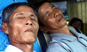 Hành khách mệt mỏi chờ thoát khỏi trạm BOT Sóc Trăng
