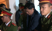 Gần chục cảnh sát che chắn, đưa ông Đinh La Thăng rời tòa