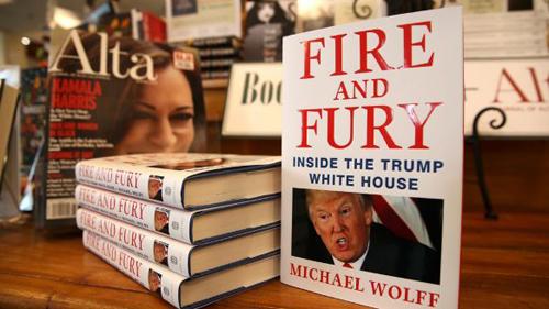 Cuốn Fire and Fury: Inside the Trump White House của nhà báoMichael Wolff bày tại nhà sách Book Passage vào hôm 5/1 ở Corte Madera, California, Mỹ. Ảnh: Toronto Stars.