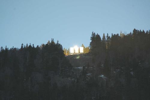 Ba tấm gương cỡ lớn được lắp đặttrên một đỉnh núi gần làngRjukan, Na Uy. Ảnh: ABC.