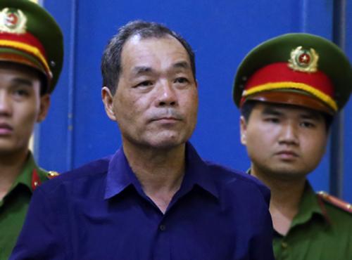Ông Trầm Bê được đưa vào phòng lưu phạm chăm sóc y tế. Ảnh: Quỳnh Trần.