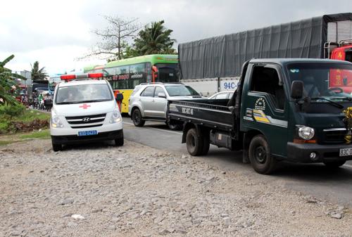 Xe cứu thương len lỏi thoát khỏi đoạn kẹt xe. Ảnh: Phúc Hưng.