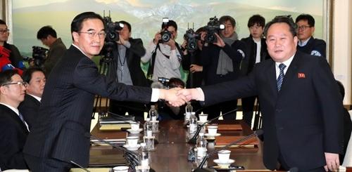 Trưởng đoàn đàm phán Hàn Quốc (trái) và Triều Tiên bắt tay nhau trước khi đối thoại. Ảnh: AFP.