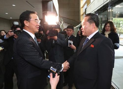Ri Son-gwon bắt tayCho Myoung-gyon trước khi bắt đầu thảo luận tại làngPanmunjom ngày 9/1. Ảnh: AFP.