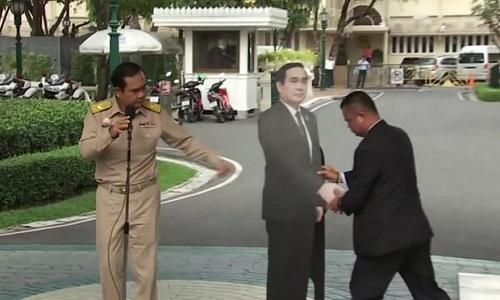 Thủ tướng Thái khiến phóng viên sững sờ