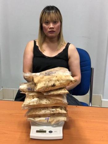 Ve Thi Tran vận chuyển 1,8 kg heroin trong vali. Ảnh:Tổng cục Di trú Campuchia