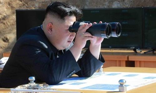 Ông Kim Jong-un theo dõi một vụ thử nghiệm tên lửa đạn đạo liên lục địa hồi tháng 4 năm ngoái. Ảnh: AFP.