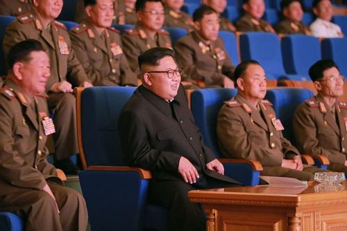 Nhà lãnh đạo Triều Tiên Kim Jong-un theo dõi một màn biểu diễn âm nhạc ở Bình Nhưỡng hồi năm 2016. Ảnh: AFP.