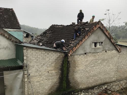 Mái nhà nơi xảy ra vụ nổ đang được khắc phục. Ảnh: CTV.