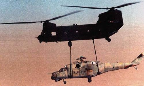 Trực thăng CH-47 kéo chiếc Mi-25 về căn cứ Mỹ. Ảnh: US Army.