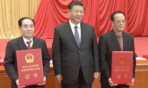 Ông Tập Cận Bình (giữa) cùng hai nhà khoa họcWang Zeshan (phải)vàHou Yunde (trái). Ảnh: Xinhua.