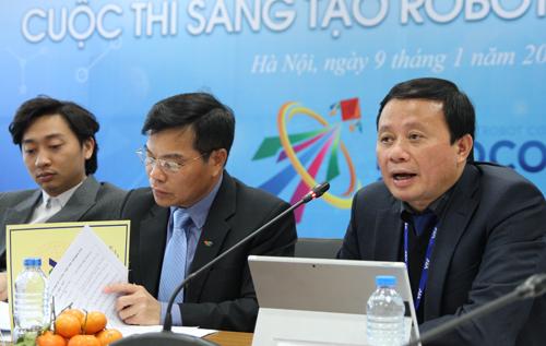 Ông Đỗ Quốc Khánh, Phó trưởng ban tổ chức cuộc thi Robocon 2018 giới thiệu chủ đề ném còn. Ảnh: Thùy Linh