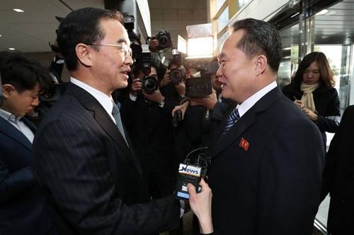 Bộ trưởng Thống nhất Hàn Quốc gặp trưởng phái đoàn Triều Tiên dự cuộc họp chính thức sáng nay ở làng biên giới Bàn Môn Điếm. Ảnh: