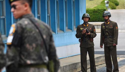 Hai binh sĩ Triều Tiên tại khu vực an ninh chung đang nhìn về phía Hàn Quốc. Ảnh: CNN.