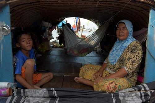 Một gia đình người Campuchia sống trên sông Mekong ở tỉnh Kandal. Ảnh: AFP.