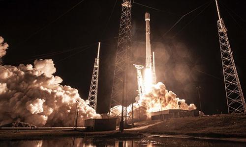 Tên lửa đẩy Falcon 9 đưa tàu vũ trụ Zuma rời bệ phóng. Ảnh: Fox News.