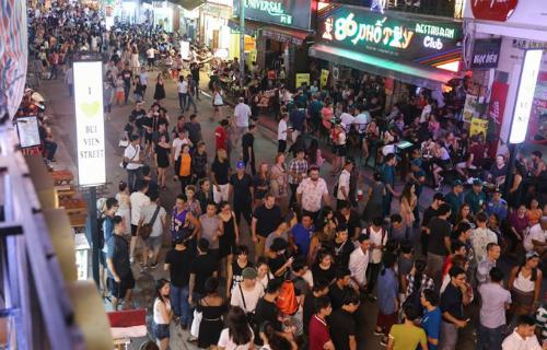 Ngày cuối tuần có hơn 1.000 lượt khách đến tham quan vui chơi tại phố đi bộ Bùi Viện.