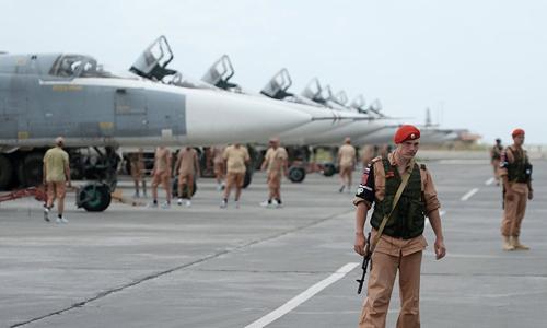 Binh sĩ và khí tài Nga tại căn cứ không quân Hmeymim. Ảnh: Sputnik.