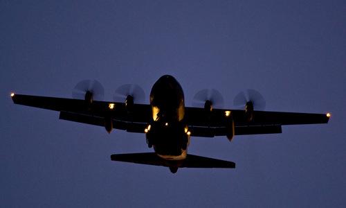 Vận tải cơ C-130 với hệ thống đèn hạ cánh. Ảnh: Flickr.