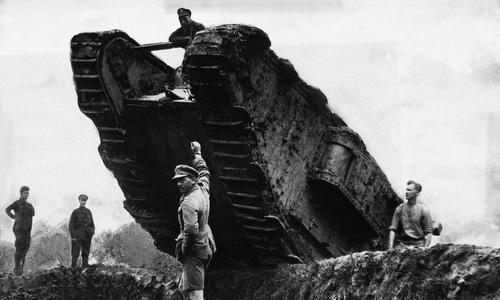 Xe tăng Mark IV cơ động qua hầm hào trước trận đánh. Ảnh: Wikipedia.