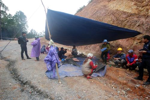 Hàng chục người dân dựng lều trước công thi công nhà máy nước BOO Phú Ninh để phản đối. Ảnh: Đắc Thành