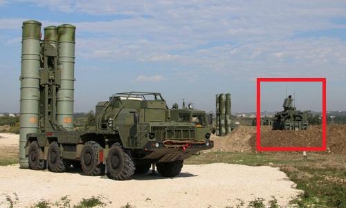 Tổ hợp Pantsir-S1 (khung đỏ) bảo vệ tên lửa S-400 tại Syria. Ảnh: Sputnik.