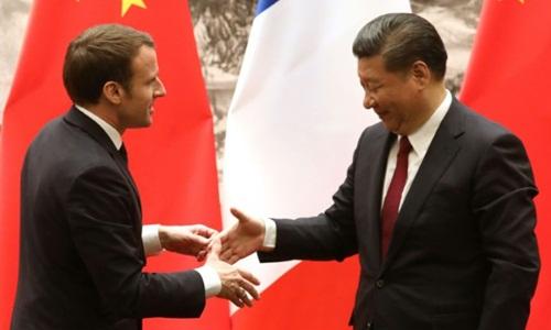 Tổng thống Pháp Emmanuel Macron (trái) bắt tay Chủ tịch Trung Quốc Tập Cận Bình sau cuộc họp báo chung ở Bắc Kinh hôm 9/1. Ảnh: AFP.