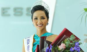 H'Hen Niê: 'Thay vì kết hôn sớm, bạn trẻ hãy theo đuổi ước mơ'
