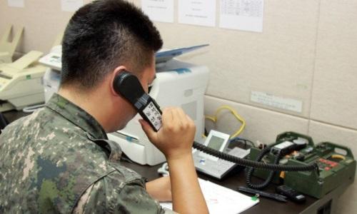 Binh sĩ Hàn Quốc thử gọi đường dây nóng quân sự liên Triều hồi tháng 7/2017. Ảnh:Yonhap.