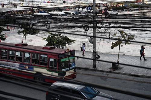 Các đường phố ở Bangkok bị bao phủ một mạng lưới dây điện và dây viễn thông rối rắm,