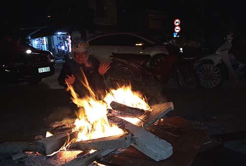 Người dân tại Nghệ An đốt lửa sưởi ấm đêm 10/1. Ảnh: Hải Bình.