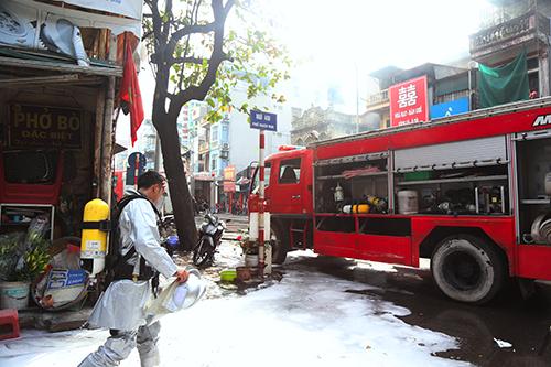 Ba xe cứu hỏa cùng hàng chục chiến sỹ được huy động đến hiện trường. Ảnh: Phạm Dự.