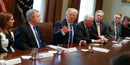 Trump thể hiện hình ảnh quyền lực khi ngồi giữa các lãnh đạo đảng Dân chủ và Cộng hòa. Ảnh: AP.